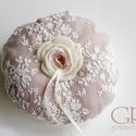 Rusztikus gyűrűpárna  - kör alapú, Esküvő, Gyűrűpárna, Varrás, Kör alakú gyűrűpárna megrendelésre.   Alja világos ekrü, teteje rózsaszín+ekrü csipke.  A rózsa ezú..., Meska