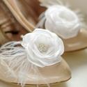 Esküvői cipőklipsz tollal - rendelhető, Esküvő, Cipő, cipőklipsz, Fehér cipőklipsz.  Csöppnyi libbenő tollpihével egészítettem ki.   Nagyon fontos, hogy  valódi cipők..., Meska