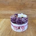 Lila rózsabox, Otthon & lakás, Dekoráció, Dísz, Virágkötés, 16cm-es kör alakú dobozban lila habrózsák,  élethű orchideával. Akár asztalidísznek, akár lajándékb..., Meska