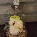 Tavaszi hangulat, Dekoráció, Otthon, lakberendezés, Ünnepi dekoráció, Asztaldísz, Kb.15cm átmérőjű faszeletre díszítettem néhány szép selyemvirágot.Kiegészítettem egy kev..., Meska