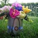 Égkék, Anyák napja, Ballagás, Dekoráció, Mindenmás, 20 cm es dobozt tűztem meg színes selyemvirágokkal.A dobozt szép 2 cmes szalaggal és egy bronz bros..., Meska