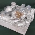 Ezüst díszdoboz, Képzőművészet, Szobor, Textil, 20 cm x 20 cm alapterületű , 7 cm magas, a díszítéssel együtt 12 cm magas díszdoboz . Teljese..., Meska