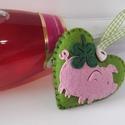 Szerencse  szívecske, Dekoráció, Ünnepi dekoráció, Karácsonyi, adventi apróságok, Ajándékkísérő, képeslap, Varrás, Zöld filcből varrt szívecske dekoráció.Háta üres, elejét egy rózsaszín malacka és egy négylevelű ló..., Meska