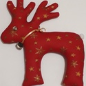 Piros rénszarvas arany csillagokkal, Dekoráció, Ünnepi dekoráció, Karácsonyi, adventi apróságok, Karácsonyi dekoráció, Piros pamutvászonból varrt rénszarvas dekoráció, saját sablon alapján.Flízzel tömött. Csen..., Meska