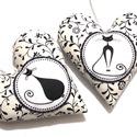 Cicás szívek -fekete virágos 2 db-os csomag, Dekoráció, Dísz, Stílusában hasonló, de nem ugyanilyen cicás motívummal kérhető. Pamutvászon szívek, flízzel vannak t..., Meska