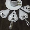 Szív kávéval, Dekoráció, Kávé imádóknak! Fehér szív kávébabbal, aranyszegélyes selyemszalaggal.Puha vatelinnel kitömtem. Kávé..., Meska