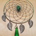 Zöld kristálytüskés, koponyás álomfogó, Dekoráció, Dísz, Mindenmás, Zöld színű, 6,6 cm szélességű, 10 cm hosszú álomfogó. Zöld üvegkristály tüske, festett howlit kopon..., Meska