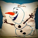 Olaf-os díszpárna, Dekoráció, Otthon, lakberendezés, Ünnepi dekoráció, Karácsonyi, adventi apróságok, Ez a párna Olafot a vicces kis hóembert ábrázolja, aki imádja a nyarat. Nagy népszerűségnek örvend, ..., Meska