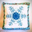 Gigush Design karácsonyi nagy hópihés díszpárna, Dekoráció, Otthon, lakberendezés, Ünnepi dekoráció, Karácsonyi, adventi apróságok, Egyedi kézzel festett, textilfestékkel és gyönygyökkel díszített párna. Tisztítani hagyományos módon..., Meska