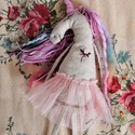 Szivárványos, balerina unikornis, Játék, Plüssállat, rongyjáték, Baba-és bábkészítés, Hímzés, Ezt a varázslatos unikornist len, nyers színű szövetből készítettem. A szarva merinói gyapjúból, né..., Meska