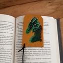 Zöld erdei sárkány - valódi bőr könyvjelző, Képzőművészet, Vegyes technika, Bőrművesség, Festett tárgyak, Valódi bőrből készítettem ezt a fantasy könyvjelzőt. Az erdei sárkányt bőr festékkel festettem.  Tö..., Meska