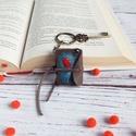 Piros léggömb mini könyv kulcstartó / Horror könyvecske / Könyv medál / Kézzel festett valódi bőr kulcstartó, Mindenmás, Kulcstartó, Kézzel készült mini könyv kulcstartó. A képet bőrfestékkel festettem. Kulcstartódon hűség..., Meska