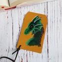 Zöld erdei sárkány - valódi bőr könyvjelző, Képzőművészet, Vegyes technika, Valódi bőrből készítettem ezt a fantasy könyvjelzőt. Az erdei sárkányt bőr festékkel fest..., Meska