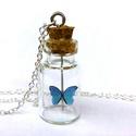 Világító kék pillangó kis üveg palackban, Ékszer, Esküvő, Nyaklánc, Medál, A termékhez ajándék UV töltő jár. :)  Lánc hossza: 42 cm Üvegcse: 1 cm x 1,8 cm Pillangó: 0..., Meska
