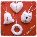 4 db-ból álló ezüst,fehér karácsonyfadísz szett, gyönggyel díszítve, Dekoráció, Karácsonyi, adventi apróságok, Ünnepi dekoráció, Karácsonyfadísz, Gyönyörű fehér filcből készített, ezüst charmmal, gyönggyel díszített 4 db-os szett. A termékek mére..., Meska