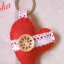 Piros szív kulcstartó, Mindenmás, Kulcstartó, Puhább filc anyagból készült általában 8-9 cm nagyságú kulcstartók, kézzel varrva fagombbal, csipkév..., Meska