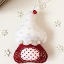 Bordó színű házikó karácsonyfa dísz, Dekoráció, Karácsonyi, adventi apróságok, Ünnepi dekoráció, Karácsonyfadísz, Filc anyagból készült, pöttyös anyaggal,          gyöngyökkel, csengettyűvel hímzéssel      díszítet..., Meska