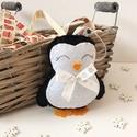 Pingvin karácsonyfa dísz, Dekoráció, Karácsonyi, adventi apróságok, Ünnepi dekoráció, Karácsonyfadísz, 11 cm nagyságú filc anyagból készült, selyemszalaggal díszített pingvin.  Szegeden személyesen átveh..., Meska