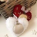 Gyönyörű rénszarvas charmmal díszített szív karácsonyfa dísz, Dekoráció, Ünnepi dekoráció, Karácsonyi, adventi apróságok, Karácsonyfadísz, 8 cm nagyságú filcszívek, arany,ezüst textilbőrrel, hímzéssel, organza szalaggal, ezüst vagy..., Meska