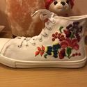 Kalocsai mintás,hímzett cipő, Ruha, divat, cipő, Cipő, papucs, Hímzés, Egyedi,kalocsai mintával készült cipőt vásárolhat. A mintát magam rajzoltam,hímeztem. Kézi hímzés. ..., Meska