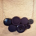 Sötétkék gombnyaklánc, Ékszer, Nyaklánc, Különböző sötétkék színű textil borítású, illetve műanyagból készült gombokból alko..., Meska
