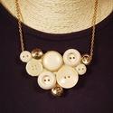 Arany és bézs gombnyaklánc, Ékszer, Nyaklánc, Bézs és arany színű műanyag gombokból készült el a képeken látható nyaklánc.  A medál s..., Meska