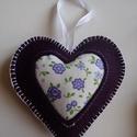 lila filc szív, Dekoráció, Ünnepi dekoráció, Karácsonyi, adventi apróságok, Karácsonyi dekoráció, Gyapjúfilcből készült dísz,vatelinnel töltve.Középen pamutvászon díszítéssel., Meska