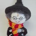 Harry Potter, Gyerek & játék, Játék, Játékfigura, 100 % pamut fonalból horgolt Harry Potter figura. Kabalának, vicces ajándéknak is tökéletes.   Sapká..., Meska