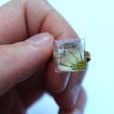 Százszorszépes műgyanta gyűrű, Ékszer, Statement gyűrű, Gyűrű, Ékszerkészítés, Százszorszép és orgona műgyantában, aranyszínű gyűrűn. A gyűrű mérete állítható. , Meska