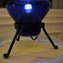 Kékség, Otthon, lakberendezés, Lámpa, Asztali lámpa, Szabadon fújt, kék színű asztali üveg lámpa. A lámpa egy vas állványon fekszik. A vas állv..., Meska
