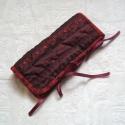 Ékszertartó 1., Piros és bordó színben játszó organzából va...