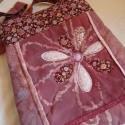 Batikolva, foltosan, A táska középső részén lévő virágot a lá...