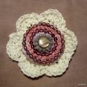 Horgolt virág gyöngyökkel- kitűző, Elfogott az apróságok készítése utáni vágy....