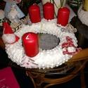 Adventi koszorú, Dekoráció, Ünnepi dekoráció, Karácsonyi, adventi apróságok, Koszorú, Gyertya-, mécseskészítés, Adventi koszorú.Koszorú alap bevonva fehér anyaggal, amelyre vásárolt és kézzel festett diszek kerü..., Meska