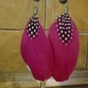 Pink tollas fülbevaló, Ékszer, Fülbevaló, Lógós fülbevaló, Ékszerkészítés, Vagány tollas fülbevaló rubin színű gyönggyel a tetején., Meska