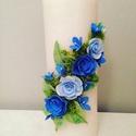 Fehér dekor - gyertya , kék agyagvirágokkal díszítve, Dekoráció, Otthon, lakberendezés, Gyertya, mécses, gyertyatartó, Ünnepi dekoráció, Kerámia, Virágkötés, Egyedi , agyagvirágokkal díszített tömbgyertya !   Mérete : 20 cm  magas x  7 cm átmérőjű   A késze..., Meska