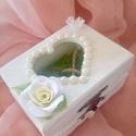 Egyedi esküvői gyűrűs doboz ,   agyagvirágokkal díszítve, Esküvő, Dekoráció, Gyűrűpárna, Esküvői dekoráció, Gyurma, Mindenmás, Egyedi,esküvői  virágos gyűrűs doboz...a megszokott gyűrűpárna helyett ! :)   Mérete :   H-7,5 cm  ..., Meska