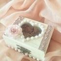 Egyedi esküvői gyűrűs doboz ,   agyagvirágokkal díszítve, Esküvő, Dekoráció, Gyűrűpárna, Esküvői dekoráció, Egyedi,esküvői  virágos gyűrűs doboz...a megszokott gyűrűpárna helyett ! :)   Mérete :   H-..., Meska