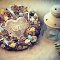 Szivecskés kopogtató, Húsvéti díszek, Kb.25-28 cm átmérőjű kopogtató, fém szívvel a közepén. pasztell színben., Meska