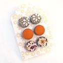 Fülbevaló szett narancs-barna, Ékszer, óra, Fülbevaló, Textilgombokkal készült beszúrós fülbevaló szett, mely 3 pár fülbevalót tartalmaz. A fülbevalók átmé..., Meska