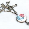 Romantikus rózsás textilgombos nyaklánc, Ékszer, Nyaklánc, Rózsamintával díszített textilből készült nyaklánc, 25 mm átmérőjű medállal és egy fém levéllel.  Ké..., Meska
