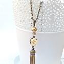 Vanília és arany rózsás nyaklánc, Ékszer, Nyaklánc, Elegáns nyaklánc vaníliaszín rózsával és arany bőr bojttal, színben hozzáillő üveggyöngyökkel. Elegá..., Meska