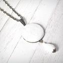 Fehér plüss nyaklánc, Ékszer, Nyaklánc, Hófehér plüssből készült gombbal díszített nyaklánc, csepp formájú fehér üveggyönggyel. A gomb átmér..., Meska