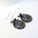 Romantikus csillogás - textilgombos fülbevaló, Ékszer, Fülbevaló, Fekete, csillogó textillel bevont gombból készítettem fülbevalót, apró fém fekete masnikkal. Elegáns..., Meska