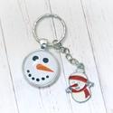 Hóemberke - üveglencsés kulcstartó , Mindenmás, Kulcstartó, Fém alappal készült kulcstartó hóember mintával és fém hóember medállal.  Az üveglencsés minta átmér..., Meska