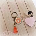Narancsvirág - textilgombos kulcstartó , Mindenmás, Kulcstartó, Fém alappal készült kulcstartó, virágmintás textilgombbal a belsejében és egy színben harmonizáló bő..., Meska