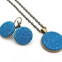 Kék csillogás -  ékszerszett, Ékszer, Nyaklánc, Fülbevaló, Csillogó kék textillel bevont gombokkal készült ékszerszett, fülbevaló és nyaklánc.  A gombékszerekb..., Meska