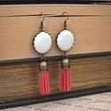 Törtfehér-piros bőr fülbevaló , Ékszer, Fülbevaló, Textilbőrből készült gombokból készítettem ezt a fülbevalót, 2 cm átmérőjű gombbal és piros bőr bojt..., Meska