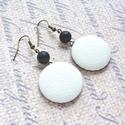Fehér-fekete textilbőr fülbevaló , Ékszer, Fülbevaló, Fehér színű textilbőr gombból készítettem fülbevalót, fekete matt achát ásványgyönggyel.  A gombok á..., Meska