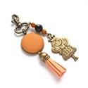 Narancs táskadísz, kulcstartó, Táska, Otthon, lakberendezés, Mindenmás, Kulcstartó, Narancsszín árnyalatokkal és textilbőr gombbal készült táskadísz vagy kulcstartódísz, ki minek szere..., Meska